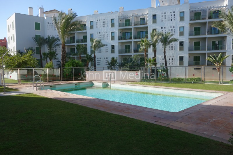 SOUTH-FACING APARTMENT WITH GREAT VIEWS TO THE MARINA´S  CANALS