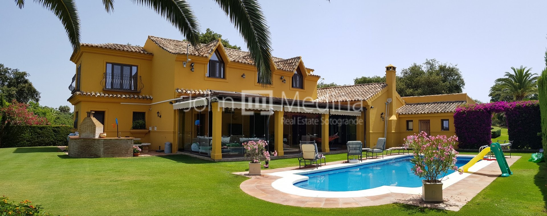 CHARMING FAMILY VILLA IN A QUIET STREET WITH LARGE MATURE GARDENS