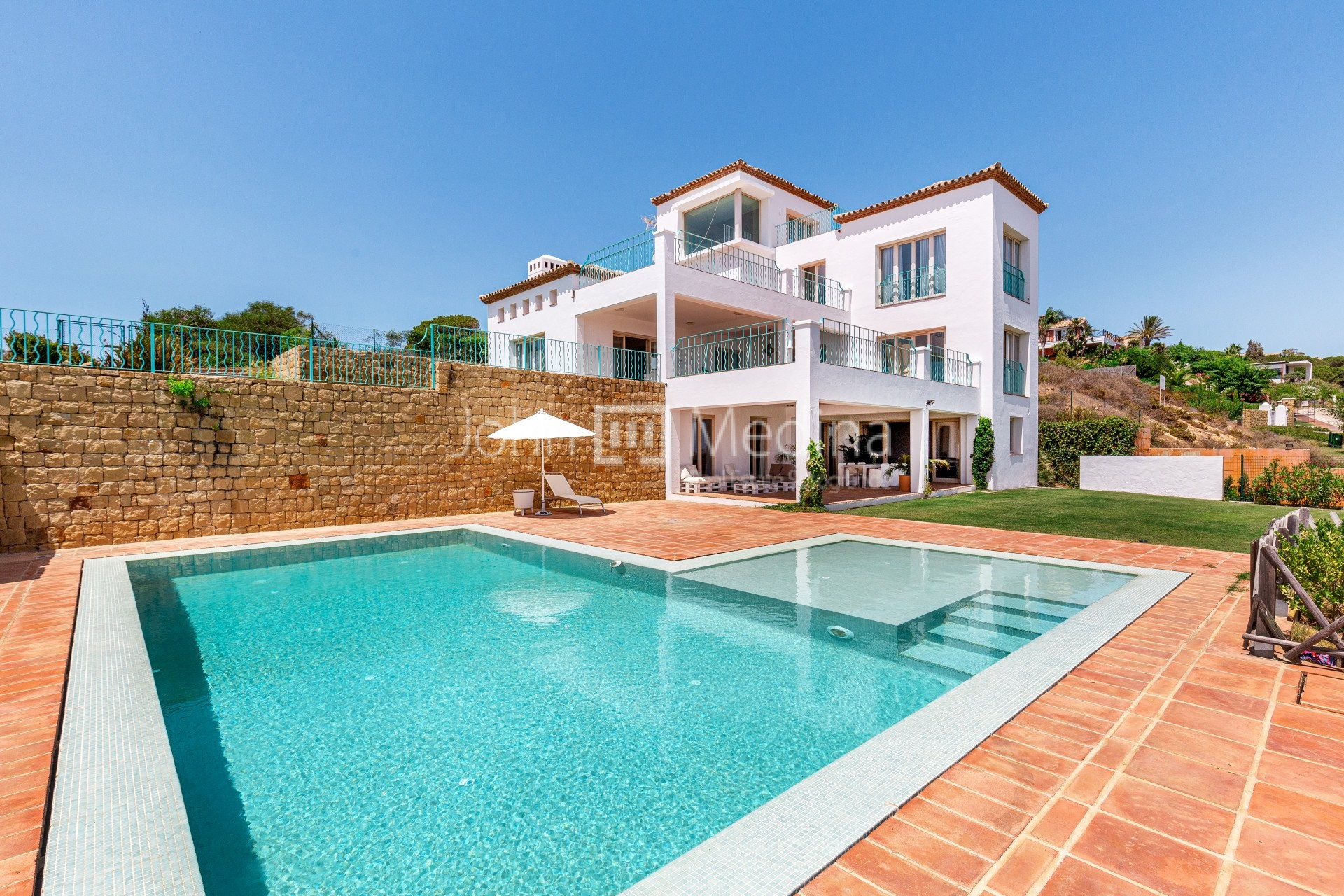 SPECTACULAR VILLA WITH INCREDIBLE VIEWS TO THE SEA AND ALL SOTOGRANDE